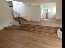 פרקט למינציה בית פרטי עם מדרגות פרקט ומפלסים