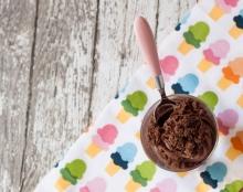 קינוח בכוסות – גנאש מוקצף מוגש על בסיס עוגת שוקולד ללא גלוטן